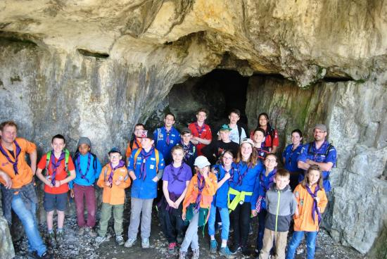 Photo de groupe devant la grotte